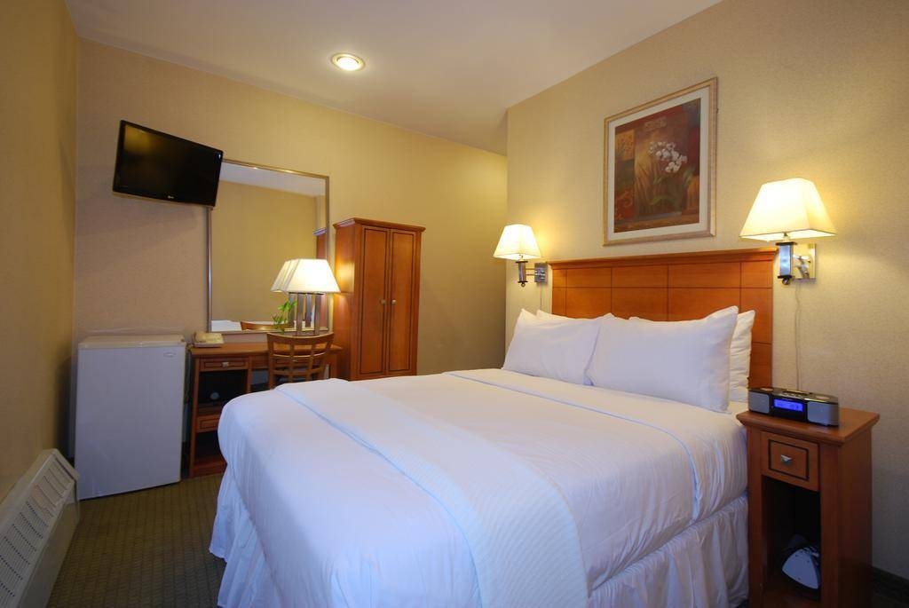 Econo lodge hotel times square new york review by for Cabin hotel new york